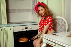主妇在家烘烤面包厨房 免版税图库摄影