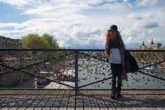 妇女、挂锁和塞纳河 免版税库存图片