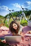 妇女、野餐和计算机! 免版税库存照片