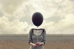 妇女一个黑气球替换的` s头 免版税库存照片