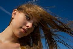 妇女一根流动的头发 免版税库存照片