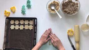 妇女一种油脂含量较高的酥饼 混合并且铺开面团,洒与芝麻籽 与模子的形式,和运用与st的一个样式 影视素材