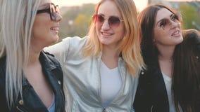 妇女一起获得友谊的女孩乐趣 影视素材