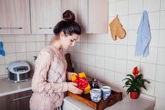 妇女一顿浪漫早餐为她的人做准备在Valntines天在厨房里 库存照片
