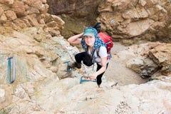 妇女上升的峡谷 免版税库存照片