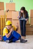 妇女上司和人承包商与箱子交付一起使用 库存图片