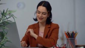 妇女上司工作在舒适办公室 有铅笔的女孩在耳朵 影视素材
