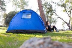 妇女下个帐篷 图库摄影