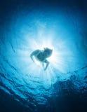 妇女下潜到海里 免版税图库摄影