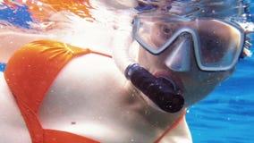 妇女下潜水下在潜航的潜水面具 股票录像