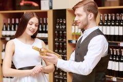 妇女与一个斟酒服务员互动在商店 免版税库存图片