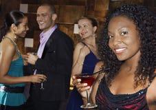 妇女与人的藏品饮料酒吧的 免版税库存图片