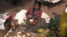 妇女与南印度的边缘刀子的削皮椰子 影视素材