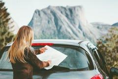 妇女与地图的汽车司机在旅行计划旅途上 免版税图库摄影