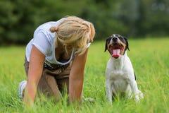 妇女与她的狗沟通 免版税库存照片
