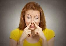 妇女与手指的少量鼻子某事发恶臭 库存图片
