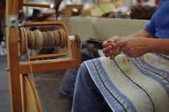 妇女与手纺车一起使用 免版税图库摄影