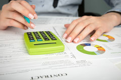 妇女与文件一起使用在办公室 免版税库存图片