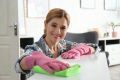 妇女与旧布的清洁桌画象  免版税图库摄影