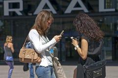 妇女与智能手机或我电话沟通 免版税库存照片