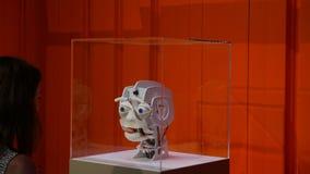 妇女与机器人头沟通 影视素材