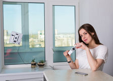妇女与机器人擦净剂的清洁窗口 图库摄影