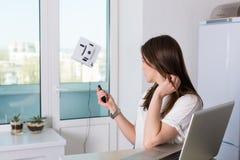 妇女与机器人擦净剂的清洁窗口 免版税库存图片