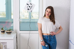 妇女与机器人擦净剂的清洁窗口 免版税库存照片