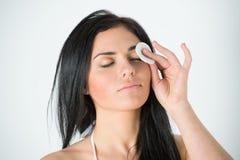 妇女与棉花棒的清洁面孔 免版税库存图片