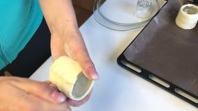 妇女与油酥点心一起使用 包裹他们一个玻璃烧杯 股票录像