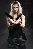 妇女与烟的藏品枪 免版税库存图片