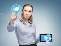 妇女与片剂个人计算机一起使用 免版税库存照片
