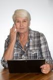 妇女与片剂个人计算机一起使用 库存照片