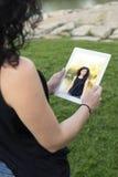 妇女与片剂的mkes selfie 免版税库存照片