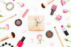 妇女与礼物盒、玫瑰芽、化妆用品和刷子的天构成在白色背景 顶视图 平的位置 免版税库存照片