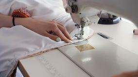 妇女与缝纫机一起使用 做礼服的时装设计师 股票录像