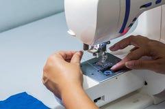妇女与缝纫机一起使用 库存图片