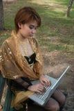 妇女与膝上型计算机一起使用。 免版税图库摄影