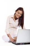 妇女与膝上型计算机一起使用 免版税库存图片
