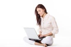妇女与膝上型计算机一起使用 免版税库存照片