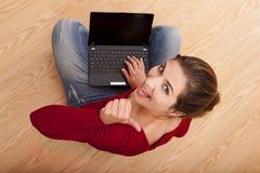 妇女与膝上型计算机一起使用 库存照片