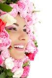 妇女与花玫瑰框架的秀丽表面 免版税库存照片