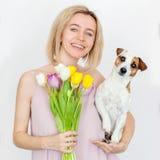 妇女与花花束的35岁  图库摄影