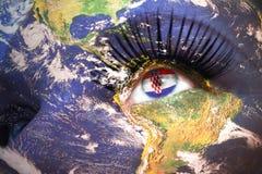 妇女与行星地球纹理的` s面孔和在眼睛里面的克罗地亚人旗子 免版税库存照片