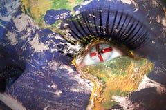 妇女与行星地球纹理的` s面孔和在眼睛里面的北爱尔兰旗子 库存图片
