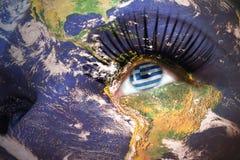 妇女与行星地球纹理的` s面孔和在眼睛里面的希腊旗子 免版税库存图片