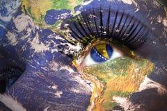 妇女与行星地球纹理的` s面孔和在眼睛里面的波斯尼亚的旗子 库存照片