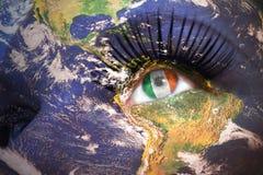 妇女与行星地球纹理的` s面孔和在眼睛里面的爱尔兰旗子 免版税库存图片