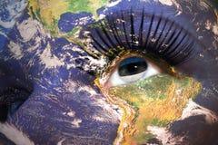 妇女与行星地球纹理的` s面孔和在眼睛里面的爱沙尼亚语旗子 库存照片