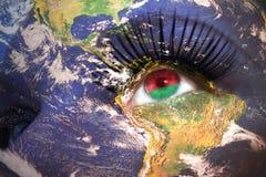 妇女与行星地球纹理的` s面孔和在眼睛里面的白俄罗斯旗子 库存照片